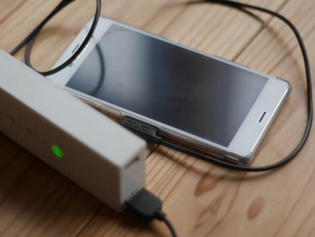 携帯電話と充電器